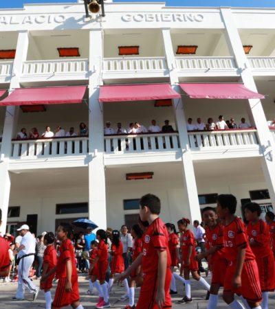 SÓLO PARA FUNCIONARIOS Y SUS FAMILIAS: El desfile desde el palco VIP del Palacio de Gobierno en Chetumal