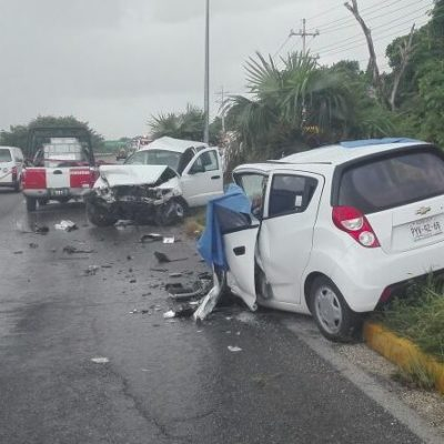 TRÁGICA MAÑANA EN PUERTO MORELOS: Choca camioneta contra auto con saldo preliminar de 2 muertos y 3 heridos