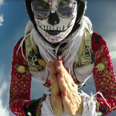 Celebra GoPro el Día de Muertos con un salto múltiple de catrinas en paracaídas