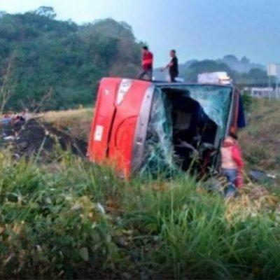 TRAGEDIA DE TABASQUEÑOS EN LA CARRETERA: Vuelca autobús de turismo en Veracruz con saldo de 3 muertos y 40 heridos