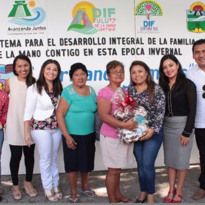 Reparte Alcaldesa cobertores entre familias vulnerables en Tulum