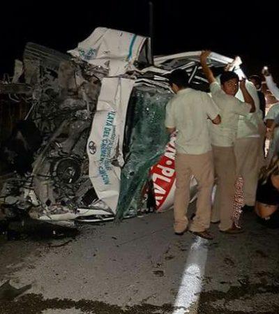 APARATOSO ACCIDENTE DE TURISTAS EN LA CARRETERA: Van se estrella contra tráiler y vuelca en la madrugada con saldo preliminar de 16 heridos