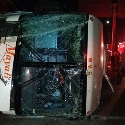APARATOSO ACCIDENTE DE UN MAYAB: Se vuelca autobús en Playa al chocar contra la base de un anuncio espectacular; no hay heridos