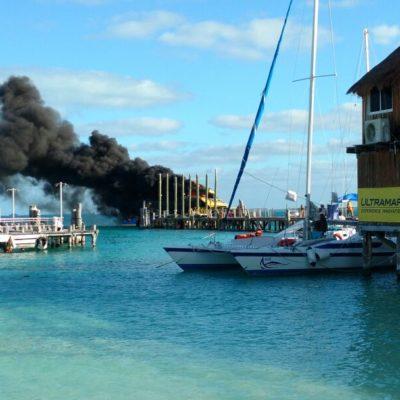 SE INCENDIA BARCO DE ULTRAMAR: Consume el fuego embarcación en muelle cerca de Playa Tortugas en Cancún
