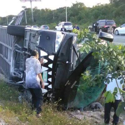 OTRO CARRETERAZO EN PUERTO MORELOS: Se sale del camino camión turístico de Xcaret con saldo preliminar de dos muertos y decenas de heridos