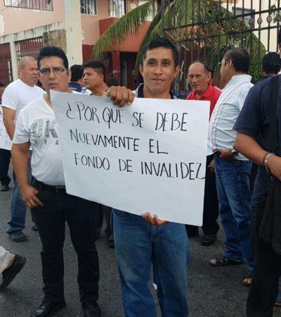 """""""NUNCA NOS HA DADO SERVICIO, TODO ES PARA SU BOLSA"""": Arman 300 taxistas protesta contra líder sindical en Cancún"""