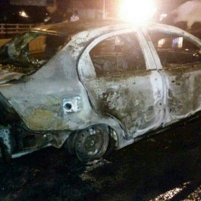 Incendian otro vehículo y aparece otra narcomanta en Cancún