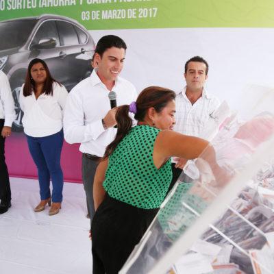 Presume Remberto Estrada recaudación histórica en Cancún; rifan dos autos entre contribuyentes