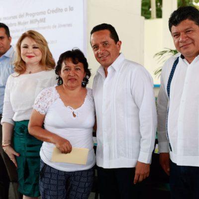 Entrega Carlos Joaquín en Chetumal recursos para emprendimientos de mujeres y jóvenes