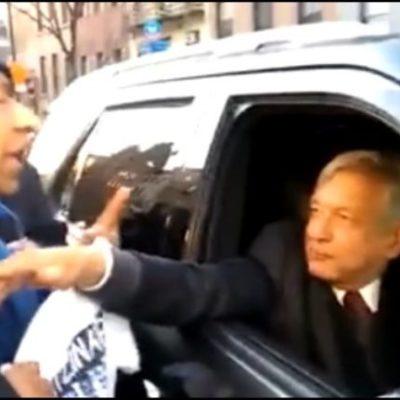"""En su viaje por EU, Obrador le grita """"cállate"""" y llama """"provocador"""" a padre de uno de los 43 normalistas desaparecidos"""