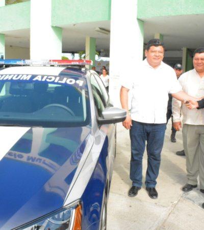 Entrega Luis Torres patrullas y equipo a policías de Chetumal