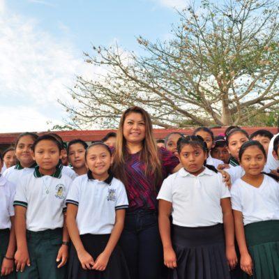Entrega Alcaldesa Romi Dzul becas a estudiantes de Akumal