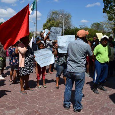 Desalojados de 'El Fortín' protestan en el Palacio Municipal y piden al Alcalde su reubicación