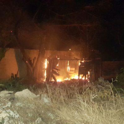 Tras desalojo, incendian palapas en la colonia El Fortín de Cancún