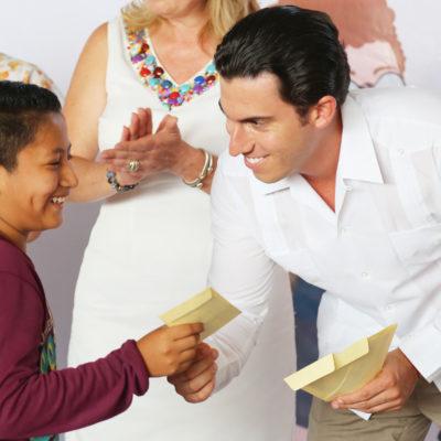 Entrega Alcalde 150 apoyos de becas para niños en la Región 102