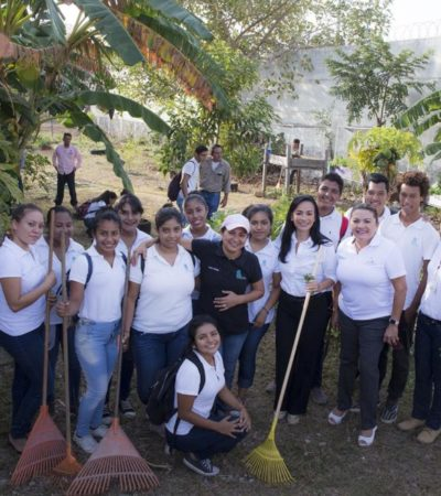 Trabajadores municipales de Puerto Morelos limpian Colegio de Bachilleres en víspera de las vacaciones de Semana Santa