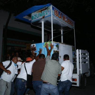EMPIEZA LA 'LIMPIA' EN LA QUINTA: Comienzan a retirar a comerciantes irregulares en la zona turística de Playa del Carmen