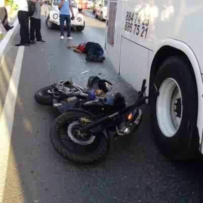 TRAGEDIA EN LA ZONA HOTELERA: Muere motociclista al impactarse contra autobús de transporte de personal en Cancún