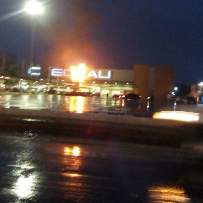 INCENDIO EN EL CHEDRAUI DE LA TALLERES: A pesar de la lluvia, siniestro consume letrero de supermercado en Cancún