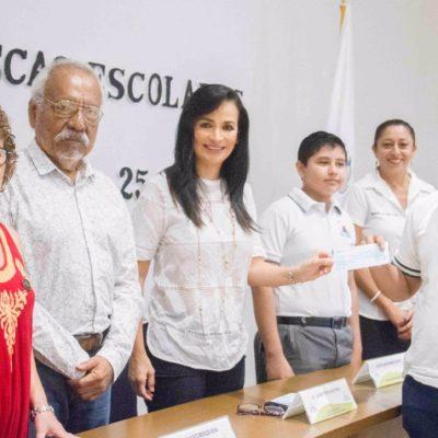 Entregan becas escolares a estudiantes de Puerto Morelos