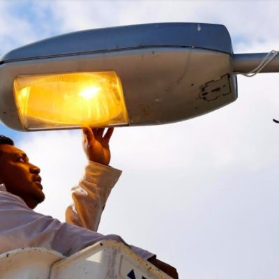 Reparan y dan mantenimiento a 3 mil 800 luminarias en Cancún