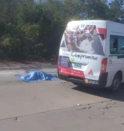 Muere mujer al chocar auto contra Urvan del transporte público en Playa del Carmen
