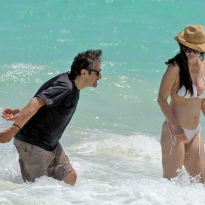 Se pasea Al Pacino con su novia por las playas de Tulum