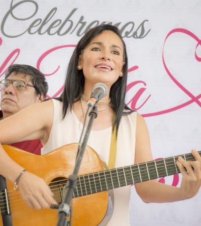 Celebra Alcaldesa a las madres en Puerto Morelos y sorprende cantando guitarra en mano