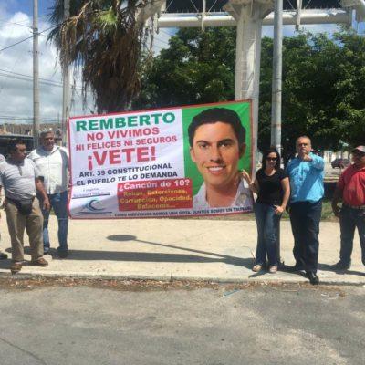 Piden activistas en mantas y en redes sociales renuncia de Alcalde