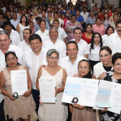 Entrega Gobernador reconocimientos a maestros en su día