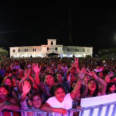 Se reúnen más de 8 mil personas en la plaza '28 de Julio' en la celebración a las madres en Solidaridad