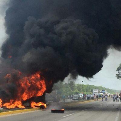 SE INCENDIA TRÁILER EN LA CARRETERA: Aparatoso choque en el tramo Bacalar-Xul-Ha provoca siniestro