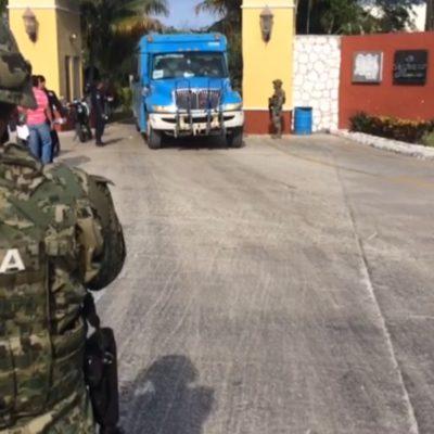 BALEAN ENTRADA DE BAHÍA PETEMPICH: Con armas largas, rafaguean acceso a complejo turístico-residencial entre Cancún y Puerto Morelos