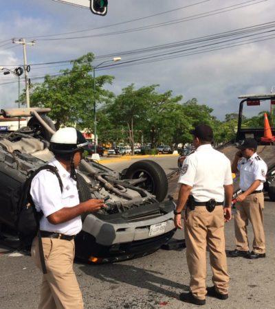 APARATOSO CHOQUE EN CANCÚN: Se vuelca camioneta al ser impactada por una urvan del TTE en el cruce de las avenidas Xcaret y Tankah