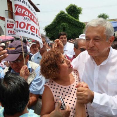 Agreden con 'huevazo' a López Obrador en Veracruz