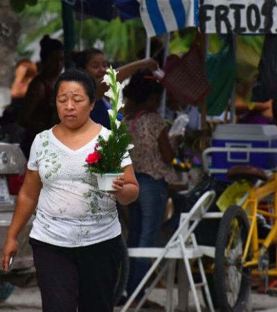 LOS CONTRASTES DEL DÍA DE LA MADRE: Festejan a unas en plazas y restaurantes y recuerdan a otras en los panteones