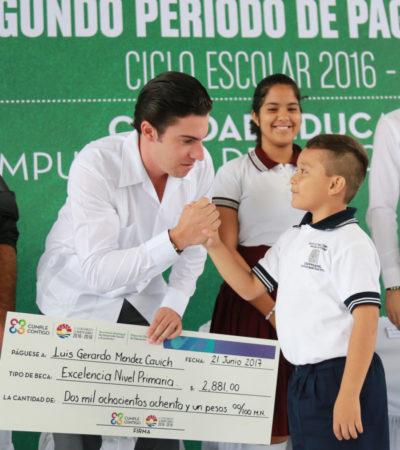 Entrega Remberto Estrada becas escolares a más de 2 mil 600 alumnos de Cancún