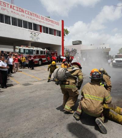 Entrega Alcalde camión centrífuga al Cuerpo de Bomberos de Cancún