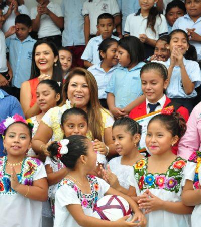 Entrega Alcaldesa de Tulum becas a estudiantes en la escuela 'Julio Ruelas'