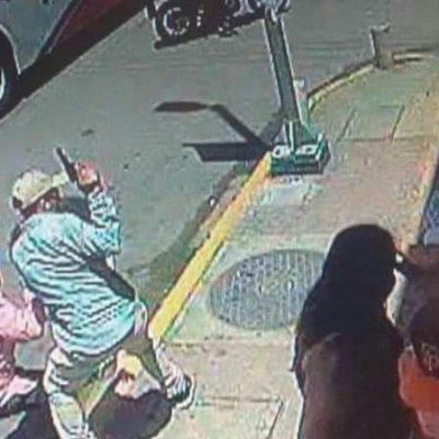 Le roban a española 3 mil euros en la puerta de un banco en Playa del Carmen