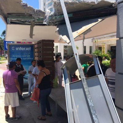 APARATOSO ACCIDENTE EN LA ZONA HOTELERA: Deja camión de Maya Caribe una mujer herida y un paradero destrozado