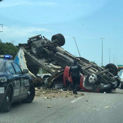 ACCIDENTE CON SUERTE: Ponchadura de neumático provoca aparatosa volcadura de camioneta; el chofer salió ileso