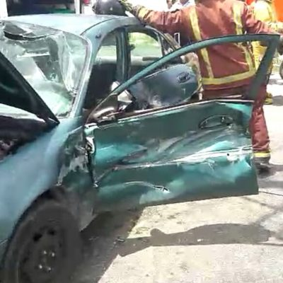 Salvan a mujer de morir entre los fierros retorcidos de un accidente en Cancún