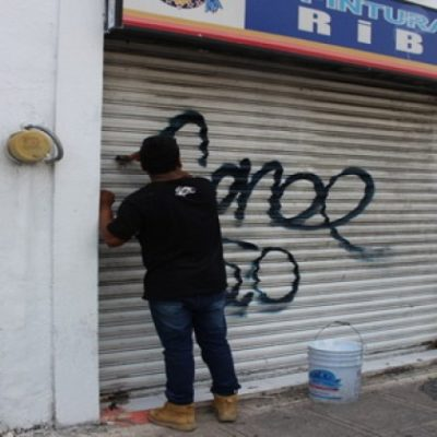 EL QUE LA HACE LA…. BORRA: En Mérida, detienen a jóvenes por pintar grafitis y los ponen a limpiarlos