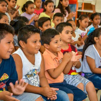 Dan vacaciones en la biblioteca a cientos de niños en Tulum
