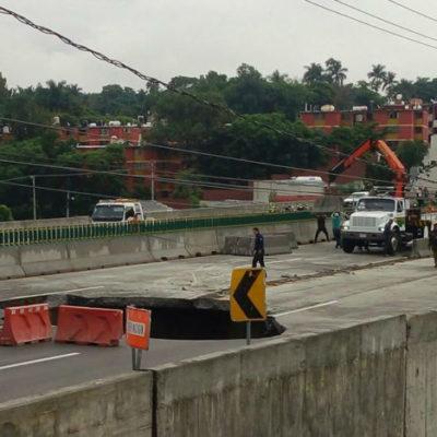 Se abre un socavón en paso carretero inaugurado hace 3 meses por Peña Nieto en Cuernavaca