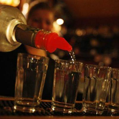 Descarta Cofepris alcohol adulterado en Riviera Maya