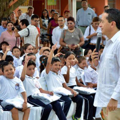 ENTREGA CARLOS JOAQUÍN PRIMEROS UNIFORMES A ESTUDIANTES: Llama Gobernador a evitar la deserción escolar
