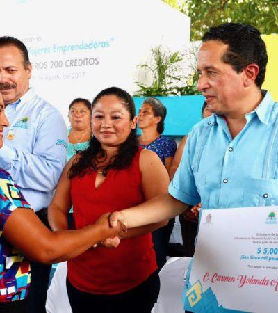Entrega Carlos Joaquín primera parte de 400 créditos a la palabra a mujeres emprendedoras en el sur de QR