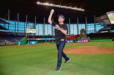 Alcalde de Mérida viaja a Miami y tira la primera bola en partido de Grandes Ligas